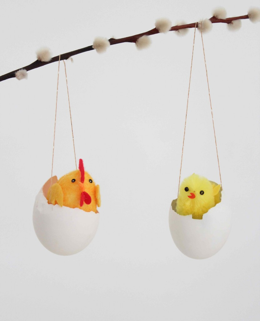 Eggshell hanging vases with chicks
